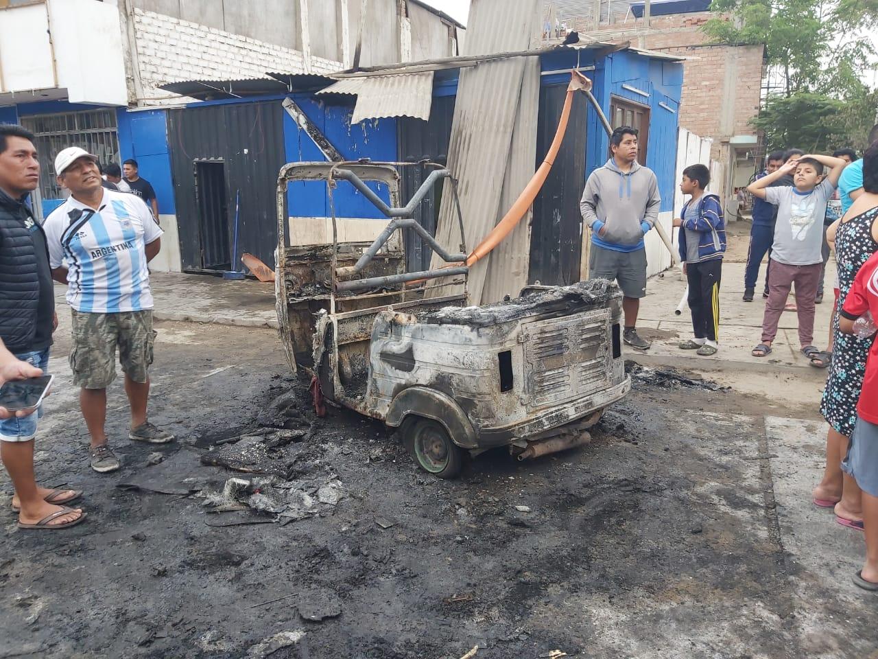 Además de los automóviles particulares un motoxi también resultó destruido por la deflagración y explosión del camión cisterna en Villa El Salvador.