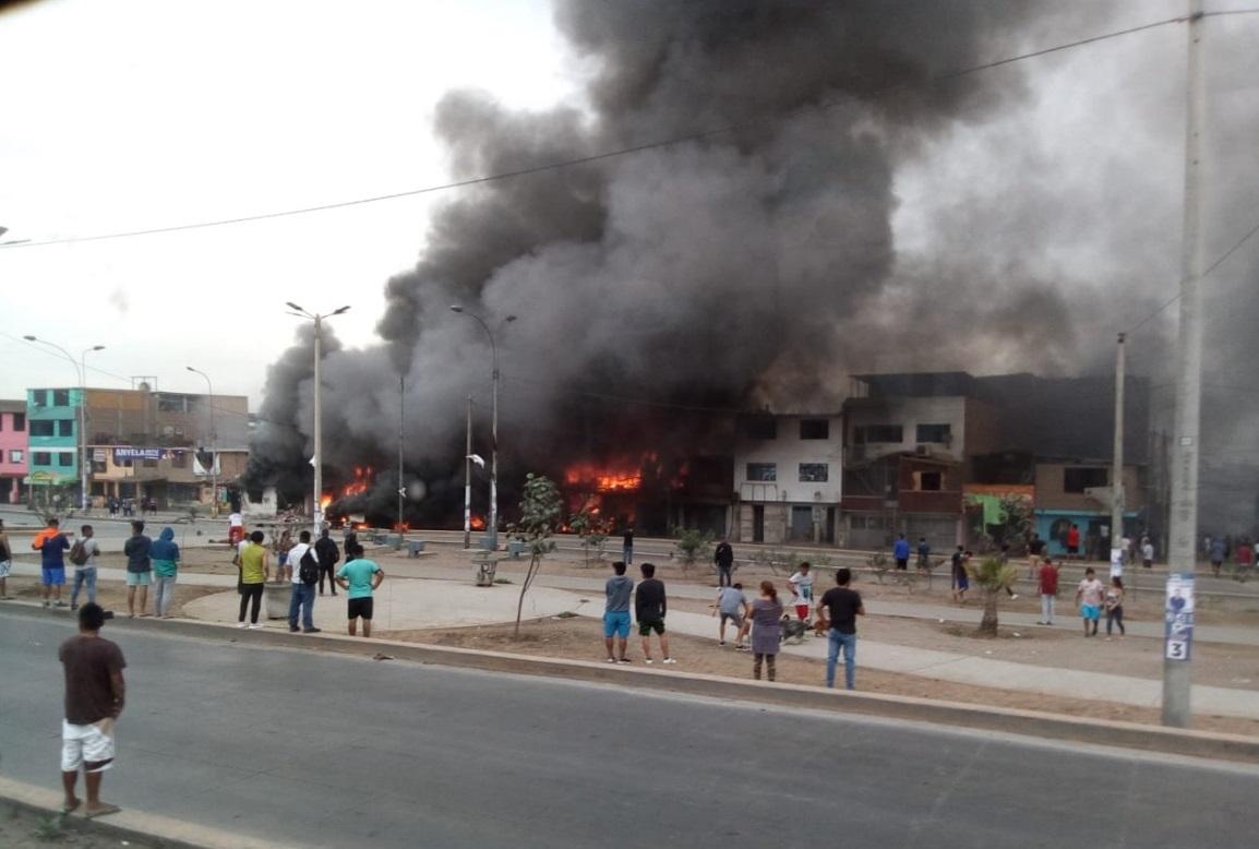 La explosión del camión cisterna en Villa El Salvador que transportaba gas dejó al menos dos muertos y 30 heridos, decenas de ellos con graves quemaduras.