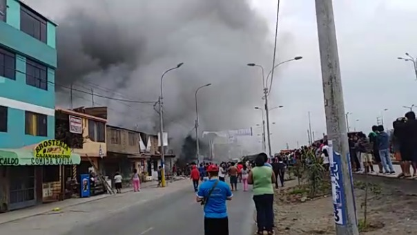 El incendio se registra a la altura del polideportivo de Villa El Salvador