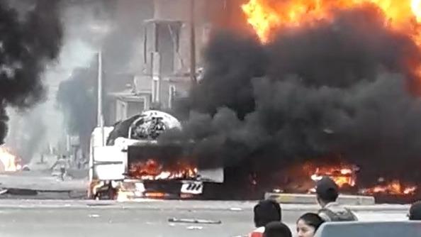 Varias personas lucen alarmadas tras presenciar el incendio causado por la deflagración de un camión cisterna con gas.