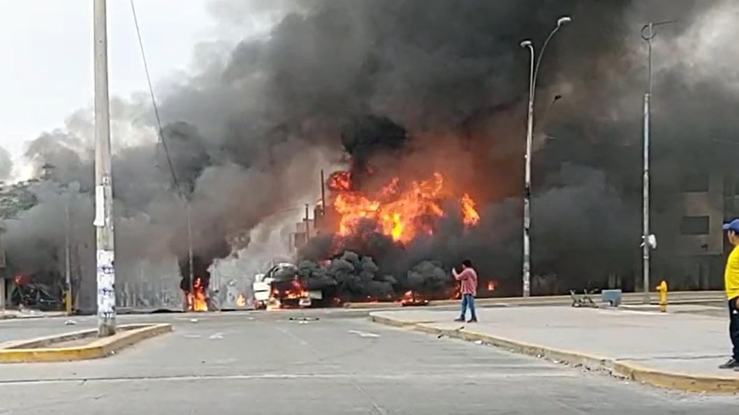 Usuario reporta el incendio de un camión gas y pide ayuda para atender la emergencia.