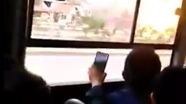 Pasajeros de un bus fueron testigos de la explosión del camión cisterna con gas.