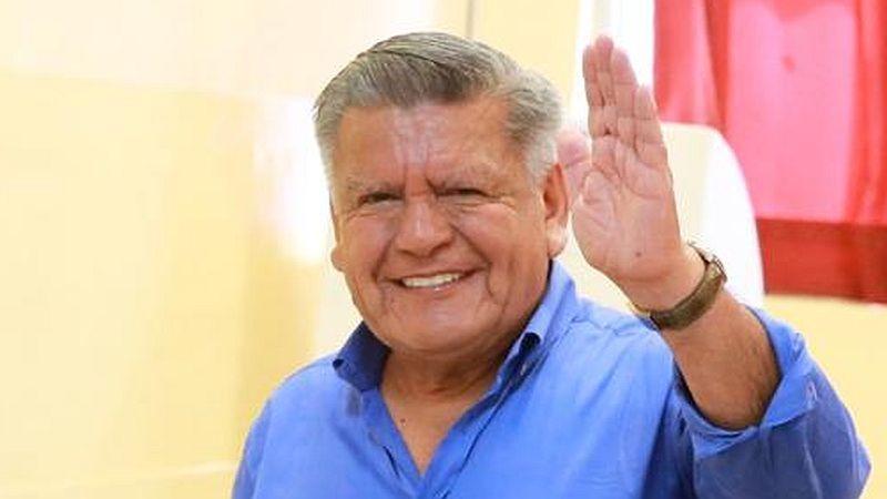 César Acuña votó esta mañana en el colegio nacional Alfonso Ugarte, en San Isidro.