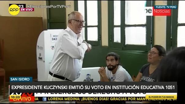 Expresidente emitió su voto en colegio de San Isidro