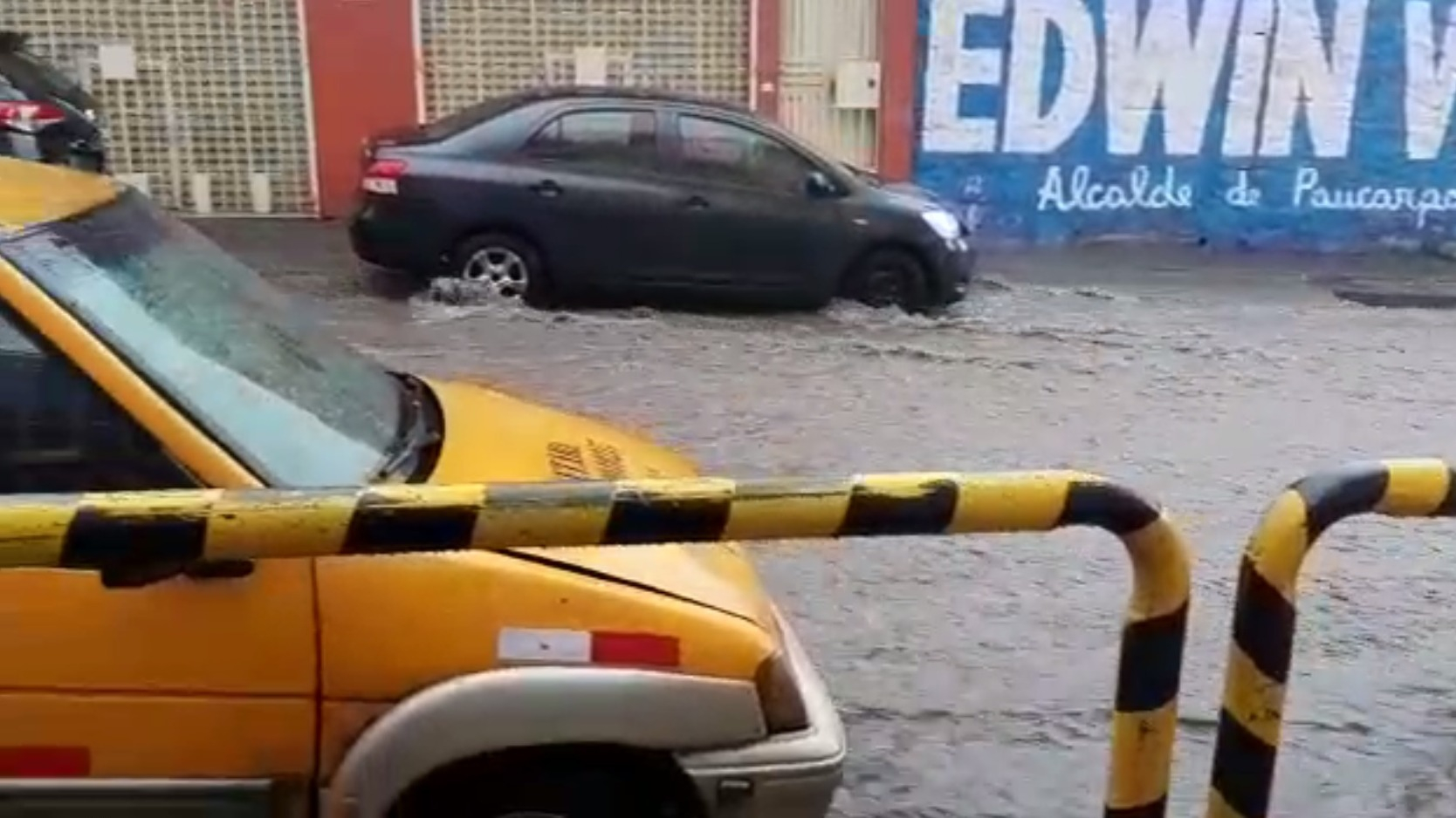 Vehículos se quedaron atrapados en plena calle debido a la intensa lluvia.