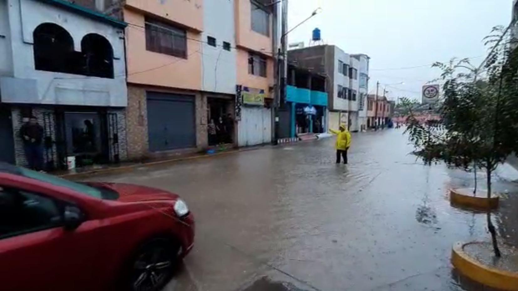 El agua le llegaba hasta la rodilla a los vecinos de Socabaya.