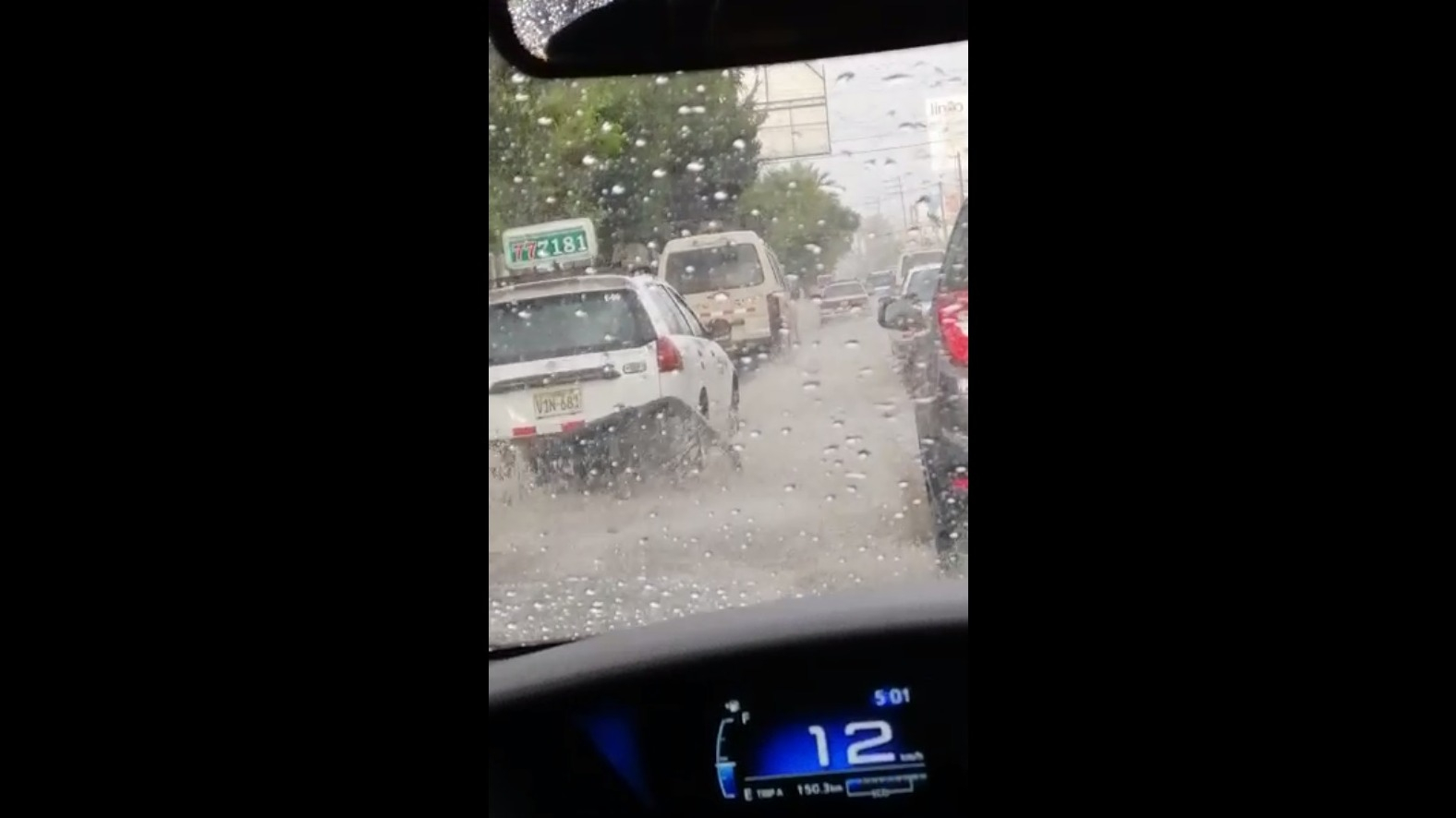 Los autos tenían dificultad para avanzar por las calles inundadas.