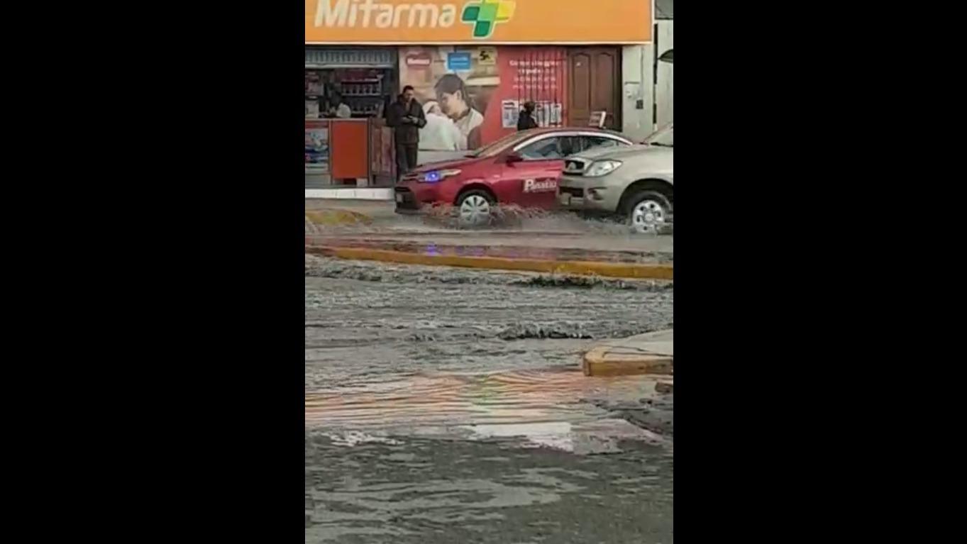Los conductores tenían problemas para avanzar por las avenidas inundadas.
