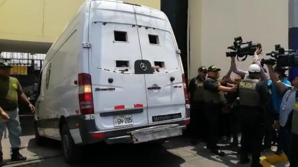 El momento en que el vehículo del INPE que transporta a Keiko Fujimori ingresa al penal de Chorrillos.