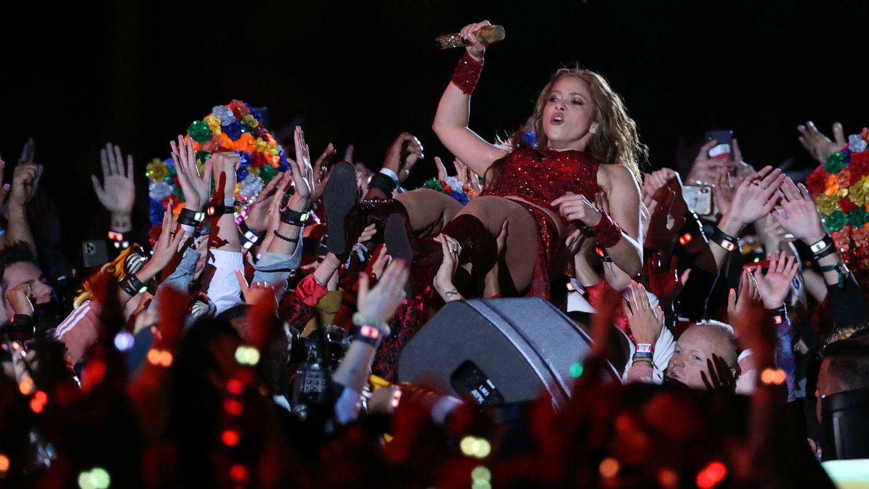 Shakira cargada por el público en el super bowl