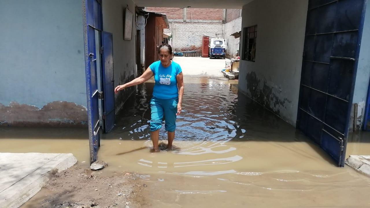 Casas afectadas con aguas servidas tras la ruptura de una tubería de desagüe en Chorrillos.