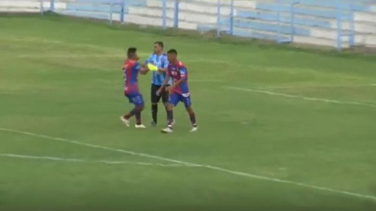 La escena se vivió en el partido entre Gimnasia y Tiro y San Antonio.
