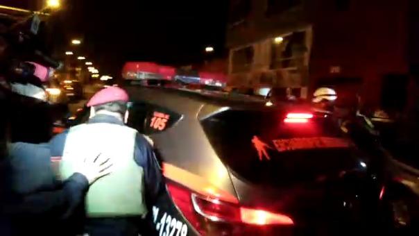 Momento de la intervención del conductor, que se atrincheró en su casa para evitar su detención.