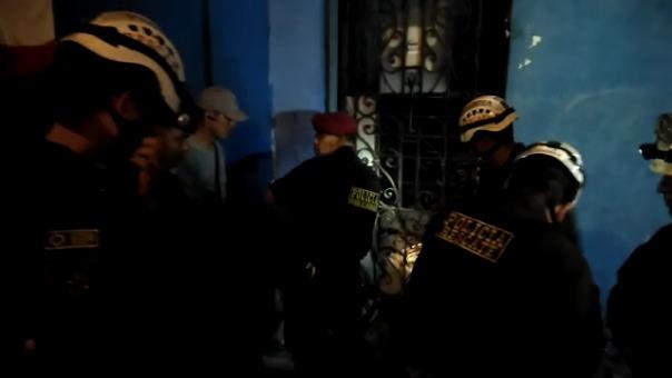 La Policía intenta romper la puerta de la vivienda donde se atrincheró el conductor que atropelló a una mujer.