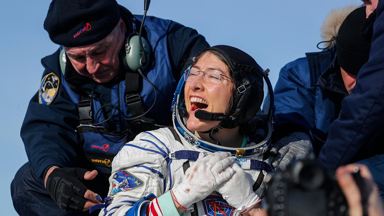 Christina Koch en su llegada a la Tierra.