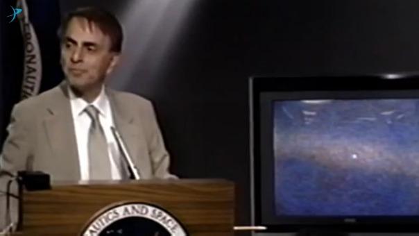 Carl Sagan revelando al mundo la imagen