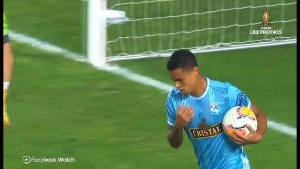 Christopher Olivares marcó de penal en el partido entre Sporting Cristal y Barcelona