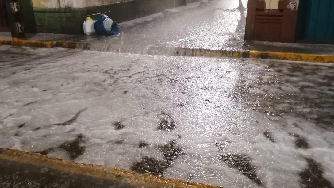 Torrencial lluvia puso en zozobras a los pobladores de la ciudad de Puno.