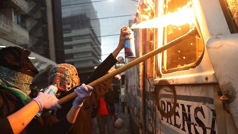 Las feministas atacaron las instalaciones del periódico 'La Prensa'.