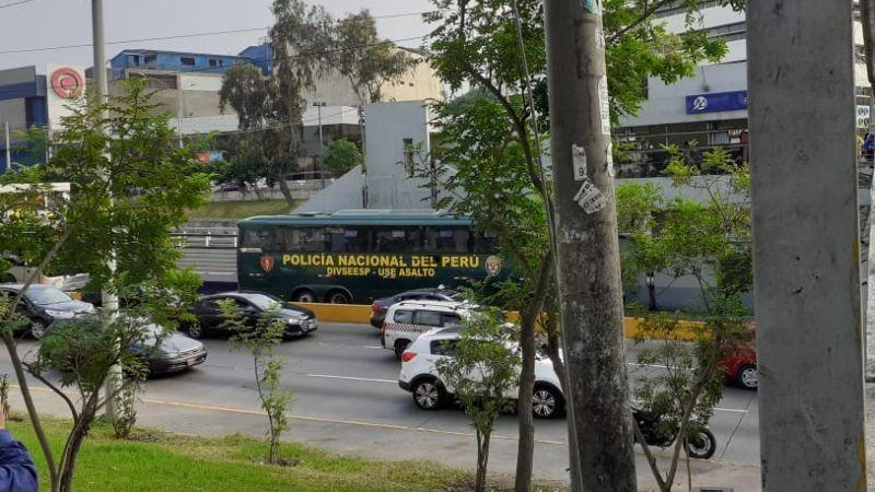 Los pasajeros tuvieron que bajar de los buses y llegar a la estación a pie.