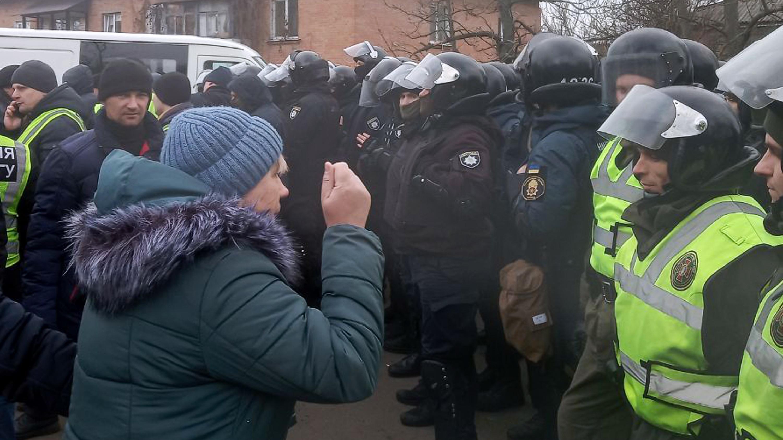 Manifestantes ucranianos atacan autobús con evacuados
