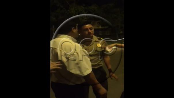 El momento en que el policía es confrontado por un grupo de transeúntes que salieron en defensa de la víctima.