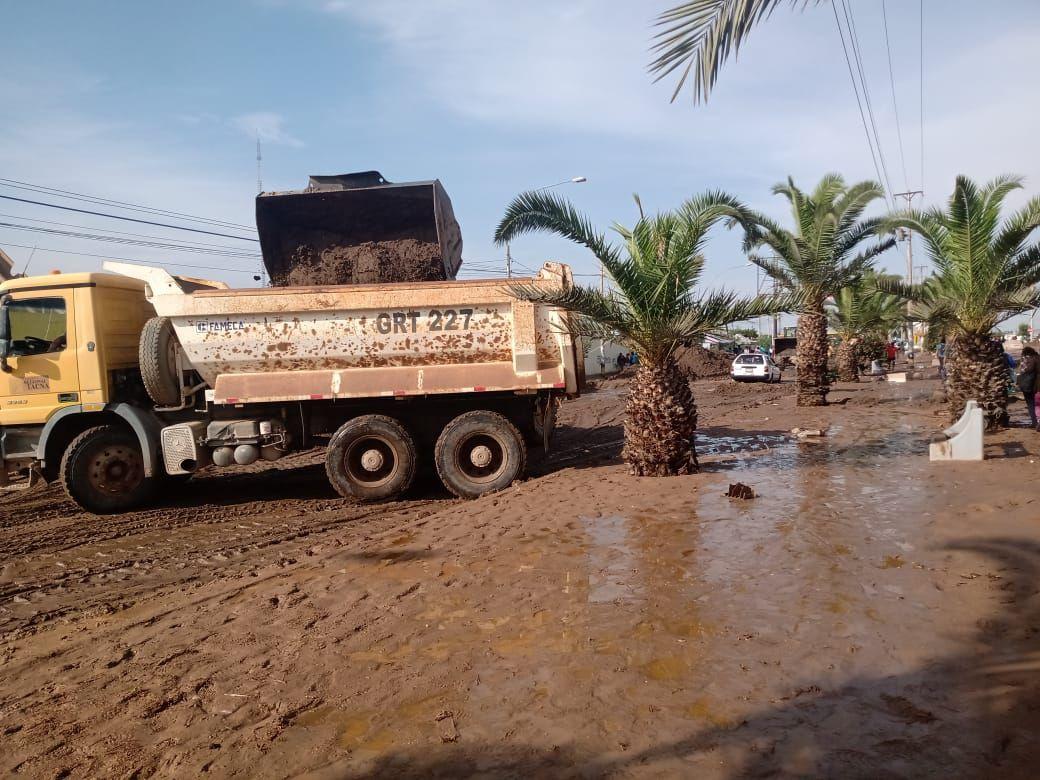 Muchos vehículos han sido afectados por el agua y lodo caídos en la ciudad.