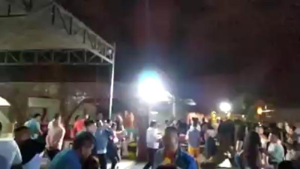 Magno Junior Rivera Delgado lanza varios disparos al aire mientras baila.