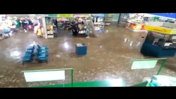 Imágenes del agua ingresando a la zona de espera del terminal terrestre.