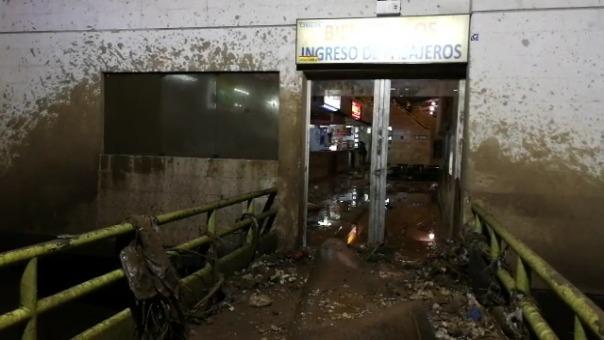 Así luce una de las puertas del terminal tras la inundación.