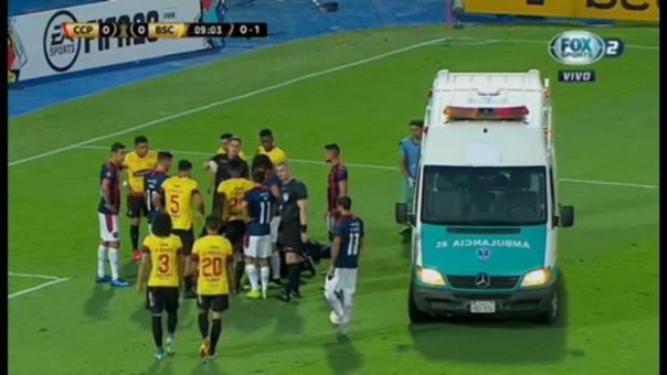 Arquero de Barcelona SC sufrió un golpe y tuvo que ser retirado en ambulancia.