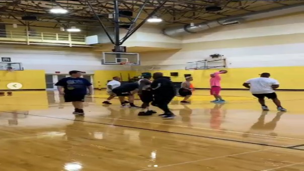 Los cantantes jugaron basketball.