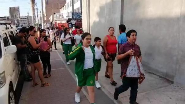 El colegio Manuel Pardo de Chiclayo accedió a que los alumnos asistan con short, polo, zapatillas y gorra para protegerse del sol.