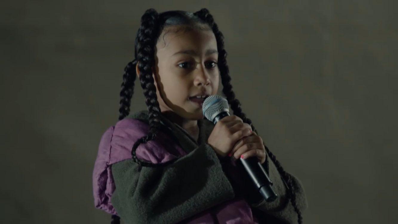 La menor de seis años rapeó durante el desfile de su padre.