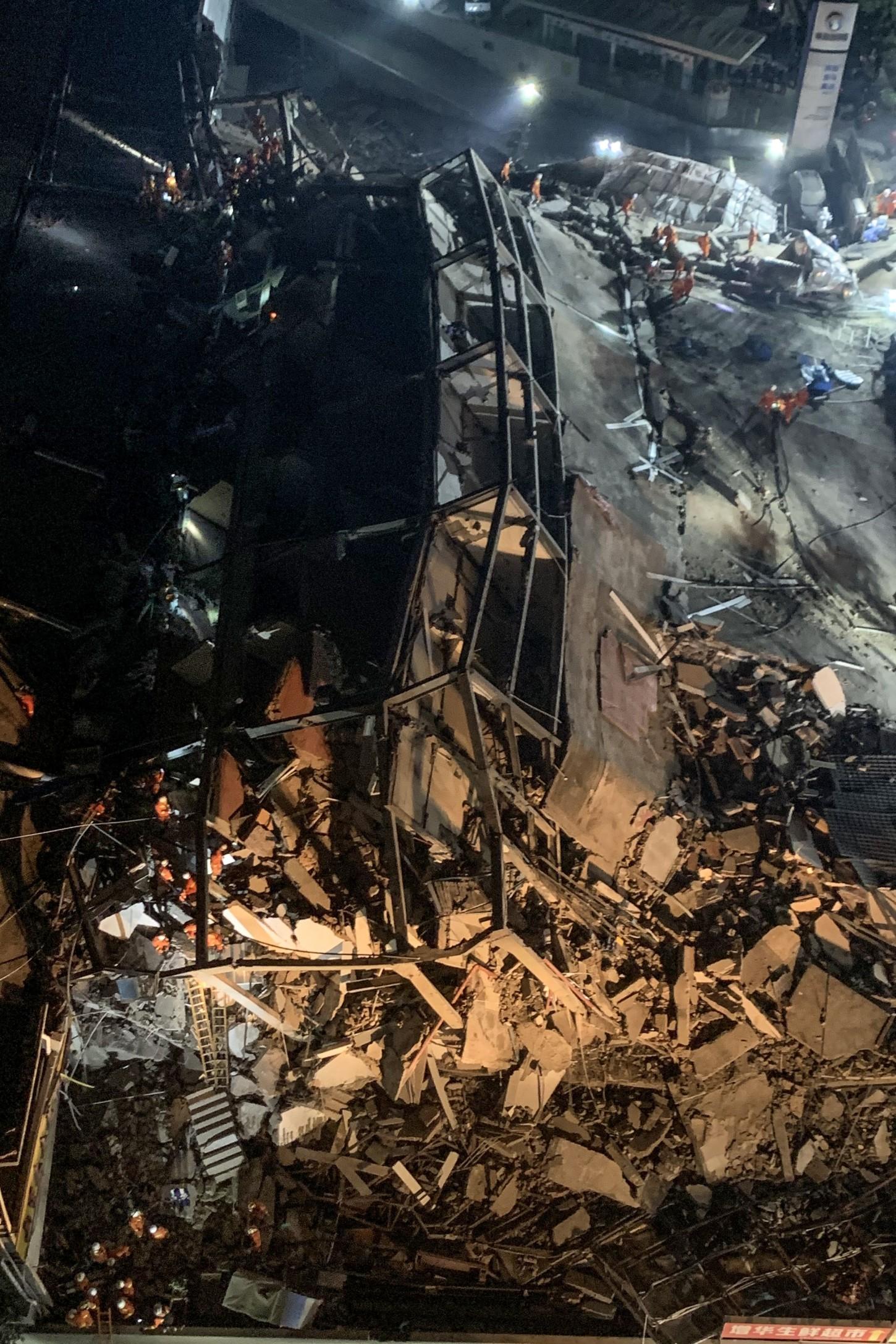 Los derrumbes de edificios son habituales en China, donde el rápido crecimiento y la escasa vigilancia en las obras inducen a los constructores a rebajar los estándares de seguridad.