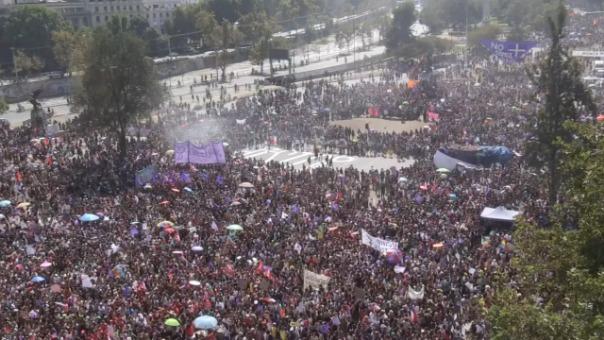 Cientos de mujeres en Chile claman el himno feminista