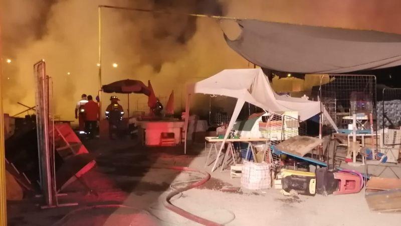 El fuego consumió varios puestos del mercado y alcanzó una vivienda aledaña.