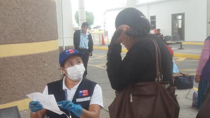 Cuatro enfermeras realizan el control médico a las personas que ingresan al país para detectar posibles casos de coronavirus.
