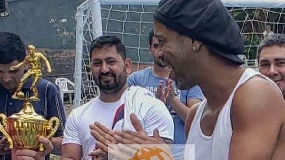 Ronaldinho jugando fútbol mientras cumple prisión preventiva en Paraguay