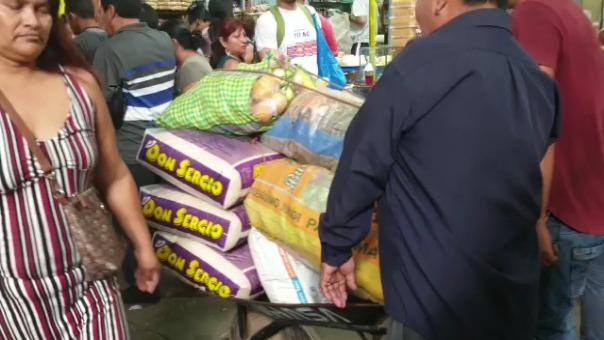 Presa de la incertidumbre, usuarios compran productos en cajas y sacos.