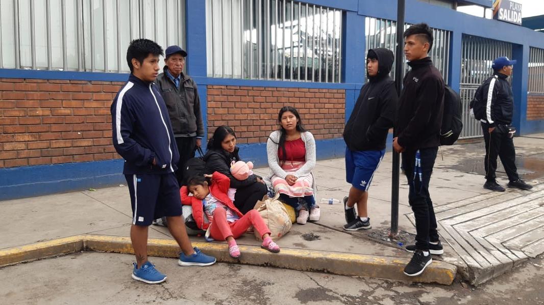 Los pasajeros piden ayuda a las autoridades para retornar a sus destinos.