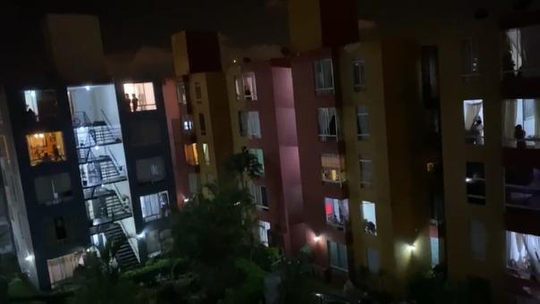 vecinos de una residencial cantaron 'Contigo Perú' y aplaudieron a los trabajadores que continúan con su labor para mitigar el avance del COVID-19.