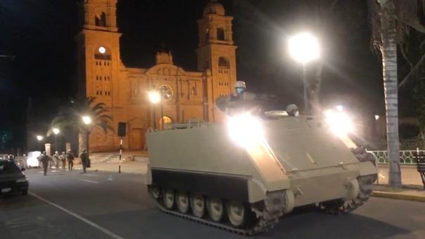 Un tanque recorrió las calles céntricas de Tacna durante la primera hora de toque de queda.