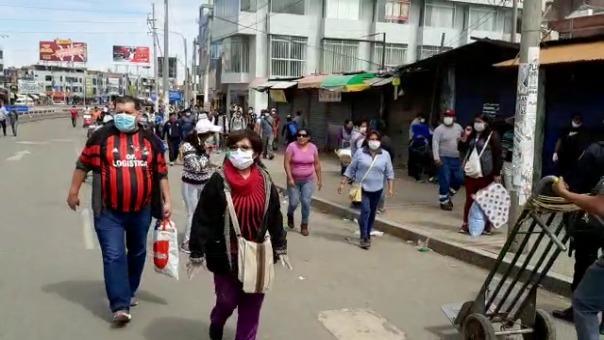 Algunas personas acudieron con mascarillas a realizar sus compras.