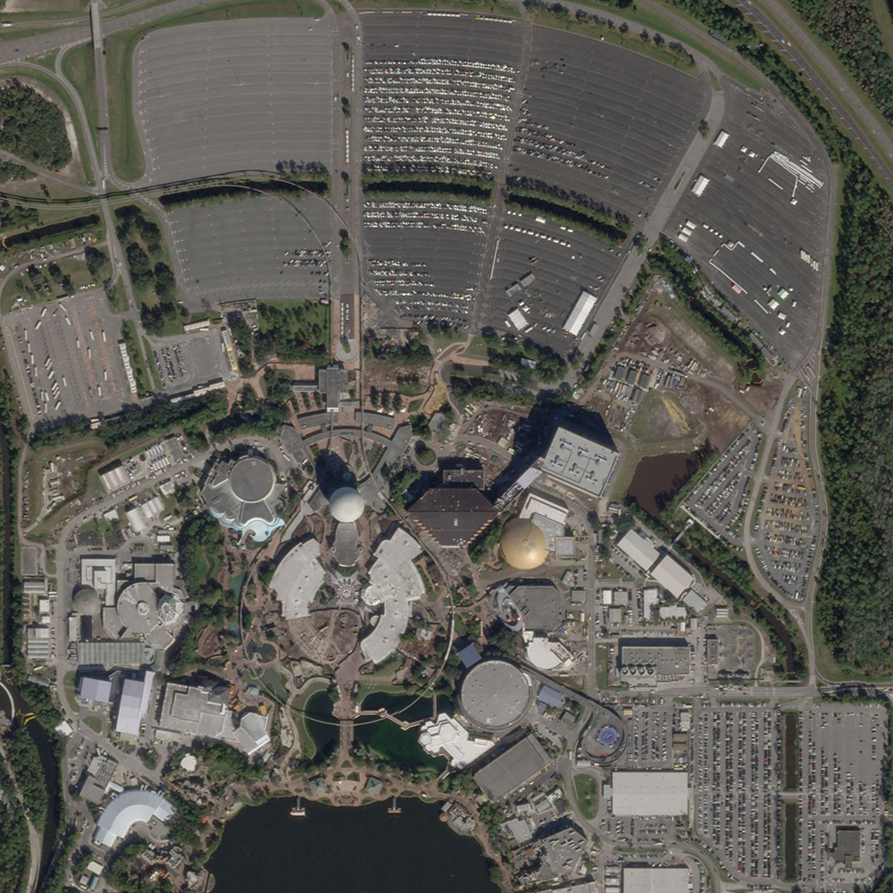 6 de enero de 2020. Epcot, un parque temático de Walt Disney en Florida (Estados Unidos), con la usual asistencia masiva de gente. Nótese los autos en los estacionamientos.
