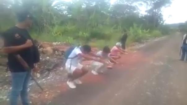 Las personas que son halladas deambulando por la calle sin una razón justificada, son castigadas con ejercicios físicos o en el peor de los casos son azotados con una rama.