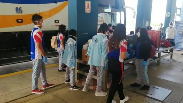 Los menores junto a su profesor, una cocinera y un padre de familia llegaron hasta el Centro de Atención Binacional de Fronteras en Tumbes y luego abordaron un vuelo humanitario del Ejército del Perú rumbo a Ayacucho.