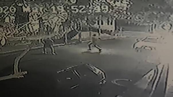 Este es el video de los dos hombres lanzando explosivo contra iglesia.