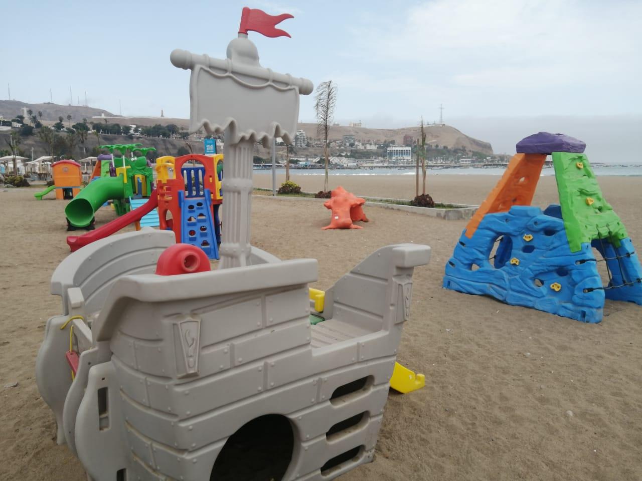 Espacios públicos, como en la playa Aguadulce (Chorrillos), registran gran cantidad de plumas en sus alrededores.