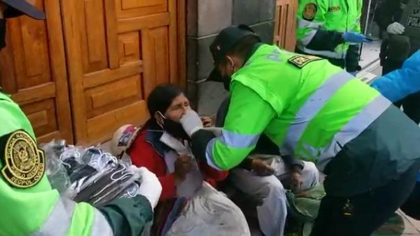 Un grupo de policías, de la oficina de participación ciudadana, del distrito de Santiago en Cusco, elabora por día, de manera voluntaria, más de 2 mil mascarillas para repartirlas a las personas de bajos recursos.